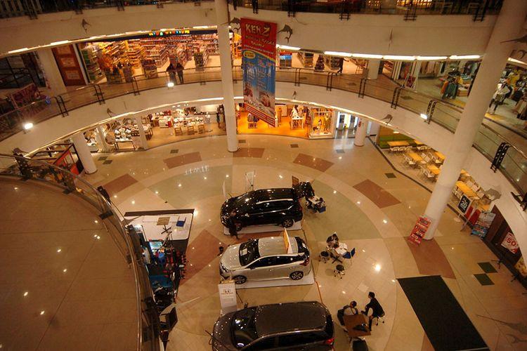 Suasana mall yang terlihat sepi pengunjung di Tegal, Jawa Tengah, Selasa (17/3/2020). Sejak adanya himbauan dari Pemerintah Kota Tegal pada Senin (17/3/2020) tentang larangan mengunjungi tempat keramaian seperti mall, bioskop, dan tempat wisata mengakibatkan pengunjung mall menurun drastis.