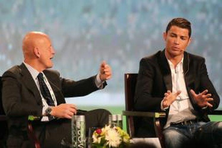 Gelandang Real Madrid Cristiano Ronaldo (kanan) berbincang dengan mantan wasit asal Italia Pierluigi Collina, pada sesi pertama Konferensi Olahraga Internasional Dubai VIII, di Dubai, Sabtu (28/12/2013).