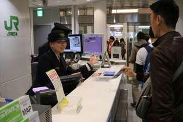 Penumpang kereta api di Jepang, Kamis (1/12/2016).