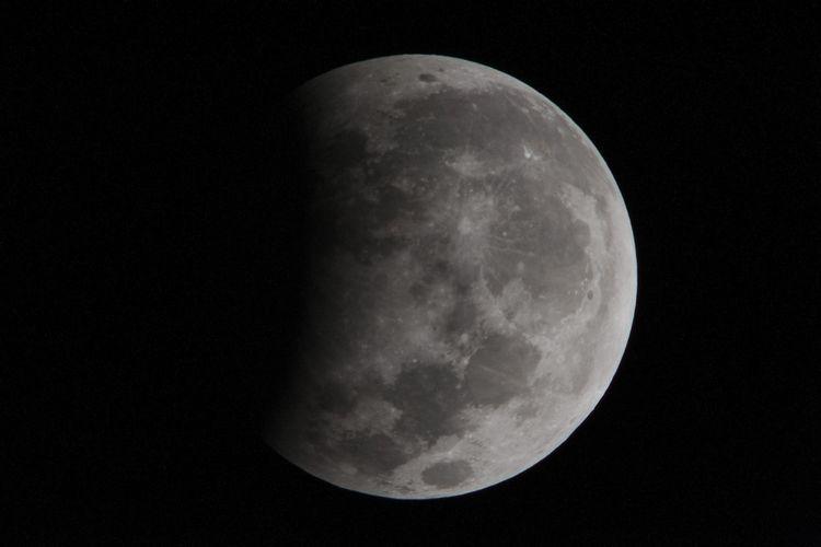 Puncak gerhana bulan sebagian sekitar pukul 02:20 Wita yang terpantau dari Kota Gianyar, Bali, Selasa (8/8/2017). Gerhana bulan yang berlangsung sekitar 1 jam 55 menit tersebut dapat dilihat dari seluruh kepulauan di Indonesia.