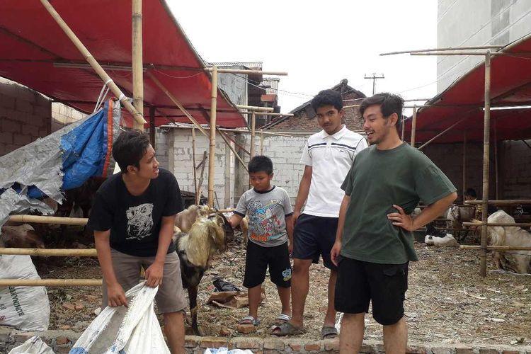 Tiga mahasiswa jualan hewan qurban di Pasar Slipi, Jakarta Barat.