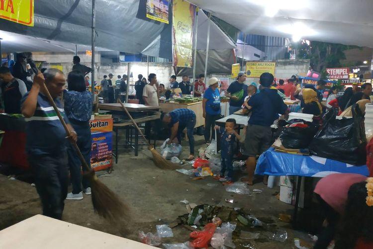 Sampah-sampah plastik berserakan selepas buka puasa di Bendungan Hilir, Jakarta Selatan, Senin (6/5/2019). Bendungan Hilir memang terkenal sebagai salah satu lokasi berburu takjil paling populer di Ibukota.