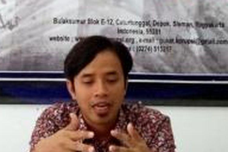Peneliti Pusat Kajian Anti Korupsi (PUKAT) Universitas Gajah Mada (UGM) Zaenur Rohman (tengah) saat menjelaskan mengenai rasanya UU Pengampunan Pajak ditumpangi penumpang gelap