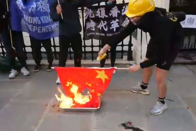 Sebuah foto tak bertanggal yang menunjukkan bendera China dibakar pengunjuk rasa di depan Kedutaan Besar China di London, Inggris.