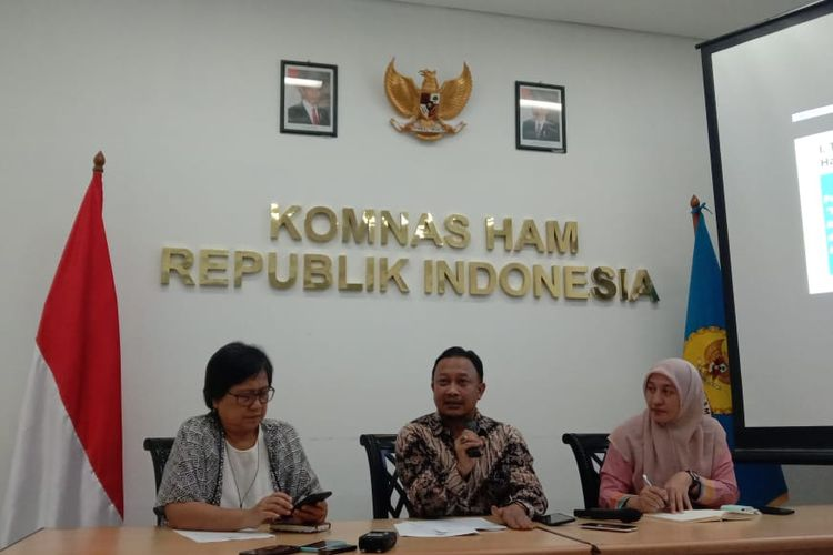 komisioner Komnas HAM bidang pengkajian dan penelitian, Choirul Anam (tengah) dalam konferensi pers di kantor Komnas HAM, Jakarta, Kamis (19/9/2019).