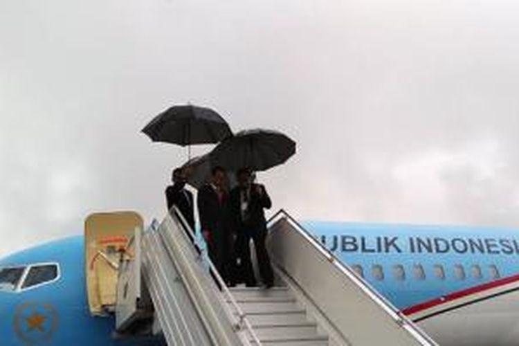 Presiden Joko Widodo, Senin (11/5/2015) sore waktu setempat, tiba di Bandara Port Moresby di Papua Niugini untuk kunjungan kenegaraan selama dua hari hingga Selasa (12/5/2015).