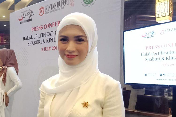 Aktris Donita ketika ditemui pada konferensi pers sertifikasi halal restoran Shaburi dan Kintan Buffet di Pacific Place, Jakarta Selatan, (3/7/2019).