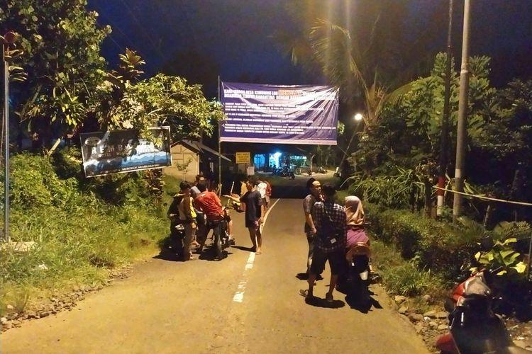 Warga Desa Kemuning Lor Kecamatan Arjasa Jember memasang banner penolakan hotel wisata rembangan jadi tempat karantina Covid 19
