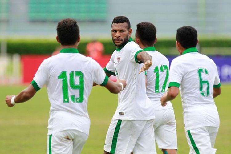 Selebrasi penyerang tim nasional Indonesia, Marinus Mariyanto, mencetak gol dalam pertandingan kedua Kualifikasi Piala Asia U-23 2018 melawan Mongolia, Jumat (21/7/2017).