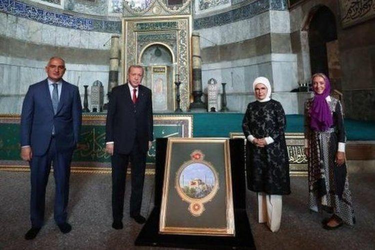 Hagia Sophia dijadikan masjid pada 1453 dan dijadikan museum pada 1934.