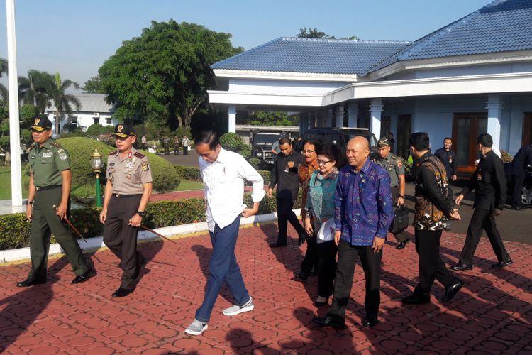 Penampilan Presiden Joko Widodo saat berangkat kunjungan kerja ke Tasikmalaya di Pangkalan TNI AU Halimperdanakusuma Jakarta pada Jumat (9/6/2017).