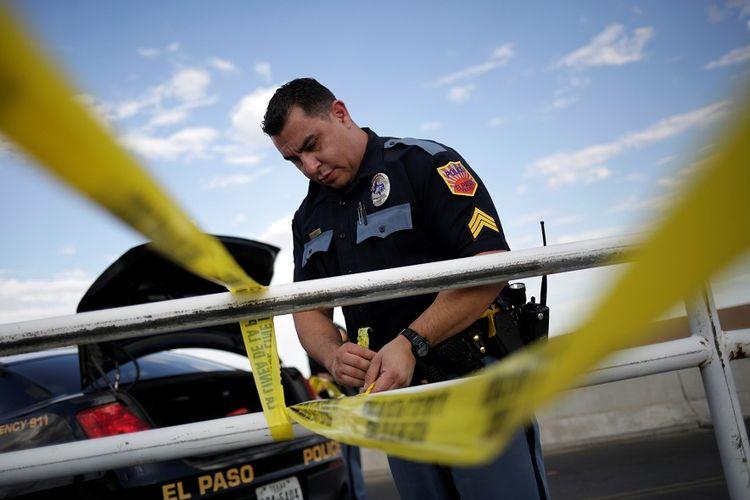Polisi memasang garis  pembatas di sekitar toko Walmart di El Paso, Texas, di mana terjadi penembakan massal dengan korban sedikitnya 20 orang tewas, Sabtu (3/8/2019).