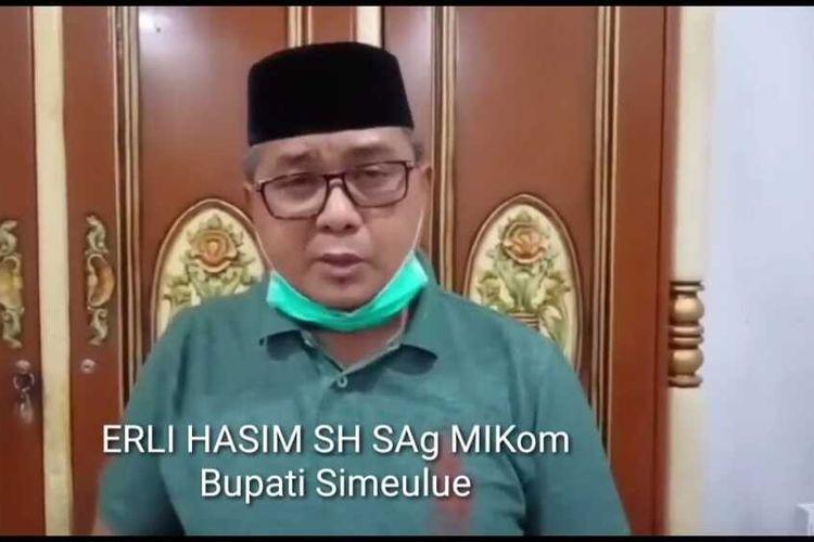 Bupati Kabupaten Simeulue Erli Hasim terkonfirmasi Positif covid-10 berdasarkan hasil pemeriksaan laboratorium yang dikeluarkan pada Sabtu (19/8/2020). Sehari sebelumnya Wakil Bupati Simeulue Afridawati juga terkonfirmasi positif covid-19. Kini keduanya menjalani isolasi mandiri di Kota Banda Aceh.