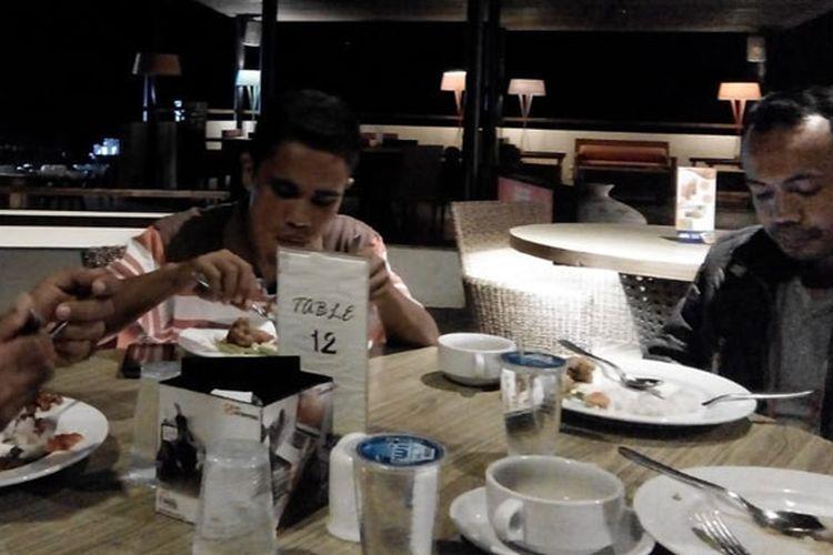 Tamu berbuka puasa bersama di Hotel Capa Resort Maumere, Kabupaten Sikka, NTT, Kamis (16/5/2019).