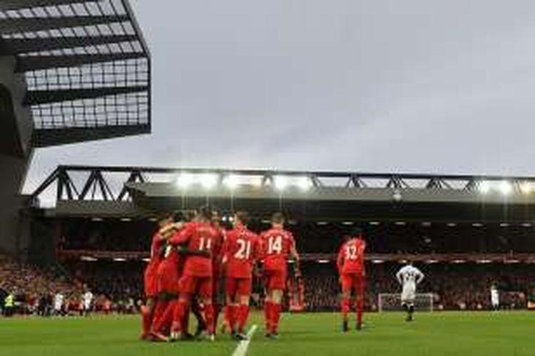 Para pemain Liverpool merayakan gol ke gawang Watford pada partai lanjutan Premier League di Stadion Anfield, Minggu (11/6/2016).