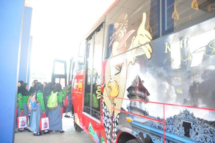 Sejumlah pelajar akan menaiki Bus Rapid Transit (BRT) Trans Jateng koridor I Semarang Tawang-Bawen bergambar Keraton Solo, Jumat (7/7/2017) siang di Terminal Bawen, Kabupaten Semarang.