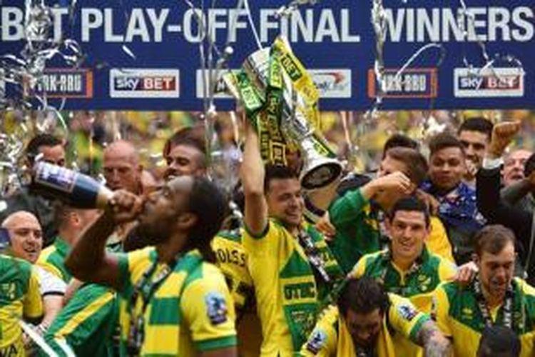 Para pemain Norwich City merayakan keberhasilan promosi ke Premier League 2015-16 setelah menang 2-0 atas Middlesbrough pada final play-off Divisi Championship di Stadion Wembley, London, Senin (25/5/2015).