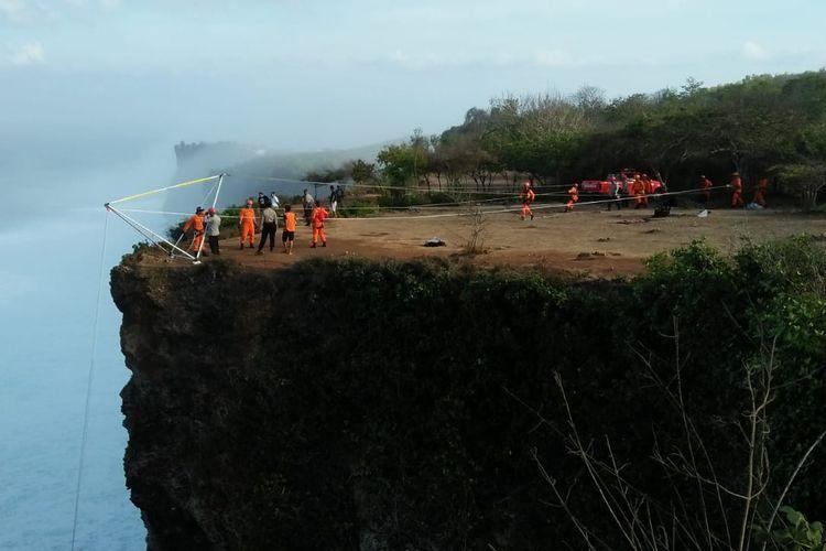 Proses pencarian korban terjatuh di tebing Tanjung Mebulu, Jalan Batu Lesung, Banjar Karang Boma Desa Pecatu, Kuta Selatan, Badung pada Senin (28/10/2019) sekitar pukul 18.00 WITA.