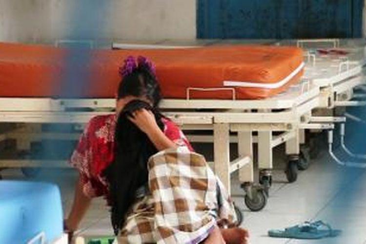 "MEULABOH, KOMPAS.com; Kesal dengan tingkah sang suaminya, Lilis (35) ibu rumah tangga, warga Desa Purwo Dadi, Kecamatan Seunagan, Kabupaten Nagan Raya,   Khilaf hingga tega menghabisi nyawa anak kandungnya sendiri yang mesih berumur 4 tahun.  ""Pasien ini ditipkan oleh Polres Nagan Raya disini untuk diperiksa kejiwaannya, karena dia telah membuh anak kandungnya sendiri""  kata Yunita, Kepala Ruangan Rumah Sakit Jiwa Melaboh Aceh Barat. Kamis (19/03/2015)"