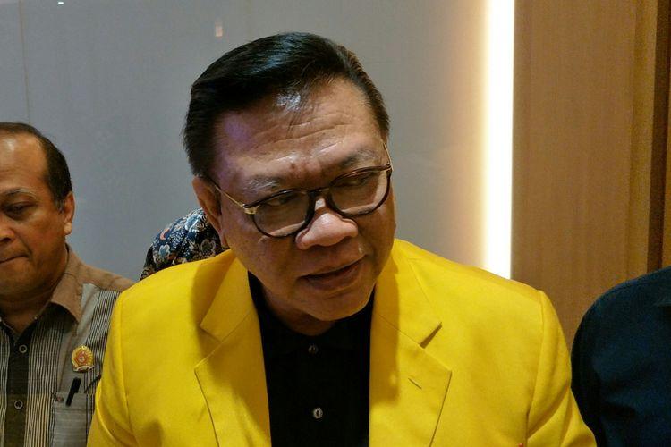 Ketua Dewan Pakar Golkar Agung Laksono di Kantor Dewan Pakar, Slipi, Jakarta Barat