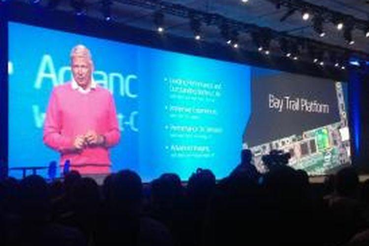 Corporate Vice President and General Manager, Mobile and Communications Group Intel, Herman Eul, memperkenalkan prosesor Bay Trail di acara IDF 2013 di San Francisco, AS.