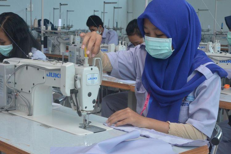 Para pekerja produksi alat pelindung diri (APD) sedang dipacu untuk memenuhi kebutuhan tenaga medis yang kini terdesak seiring meningkatnya pasien virus corona di Indonesia, Jakarta, Selasa (31/3/2020).