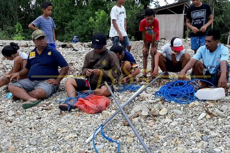 Sejumlah warga di Desa Passo, Kecamatan Baguala, Ambon membuat jerat untuk menangkap seekor buaya yang muncul di pantai desa tersebut, Senin (12/8/2019) Foto BKSDA Maluku