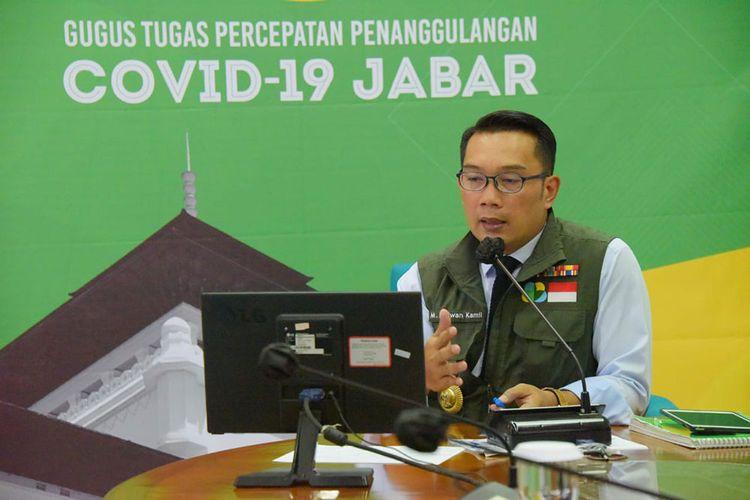 Gubernur Jabar Ridwan Kamil mengikuti video conference bersama Menteri Perindustrian RI Agus Gumiwang Kartasasmita dari Gedung Pakuan, Kota Bandung, Senin (13/4/20).