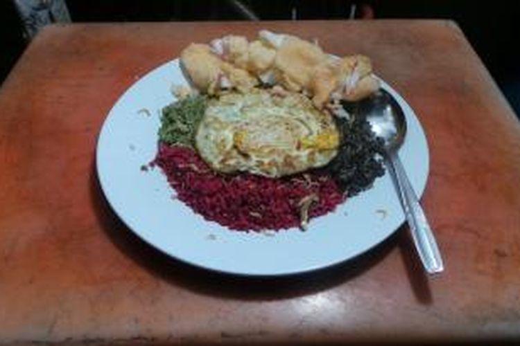 Seporsi nasi goreng warna-warni hasil kreasi Thole Kitchen milik Mujianto. Warna-warna dihasilkan dari bahan pewarna alami seperti cabe hijau, sawi hijau, buat bit, dan cumi.