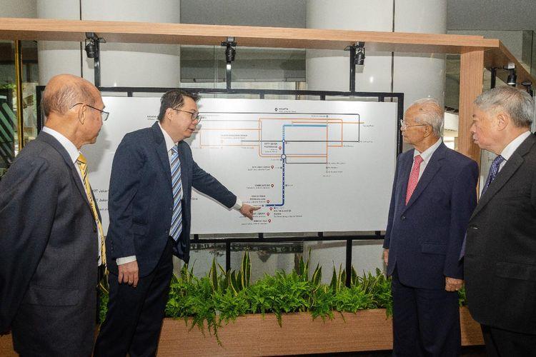 Chairman Intiland Development Hendro S Gondokusumo mendapat penjelasan dari Direktur Keuangan Archied Notopradono usai RUPST, di Jakarta, Kamis (15/5/2019).