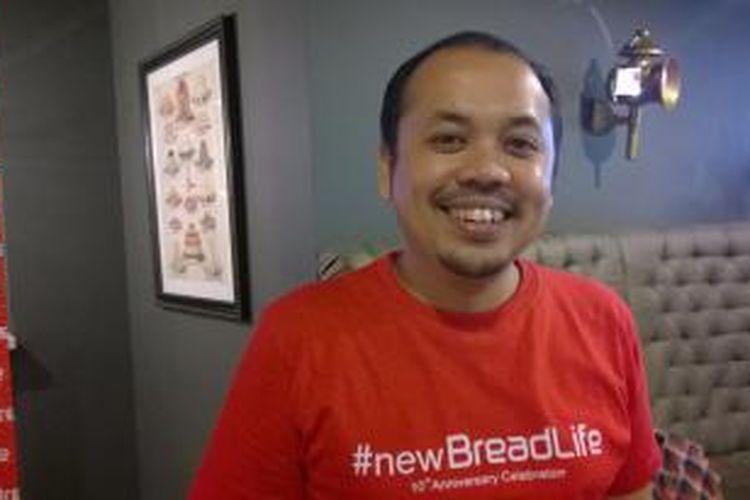 Artis peran dan pelawak Sogi Indra Dhuaja diabadikan usai jumpa pers Tantangan BreadLife: Makan Roti Sebanyak-banyaknya untuk Amal, di Mall Central Park, Kamis (27/8/2015).