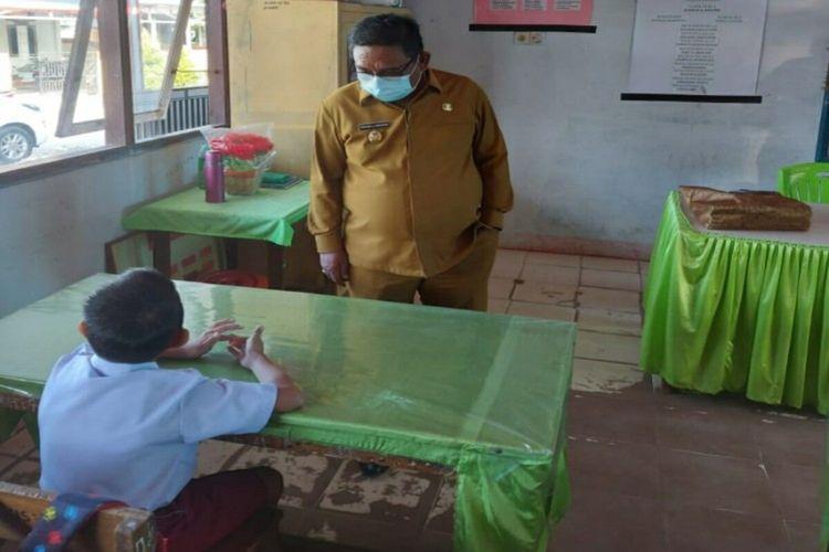 Gita Wakil Bupati Talaud Moktar Parapaga saat pantau aktivitas belajar siswa SD di sekolah