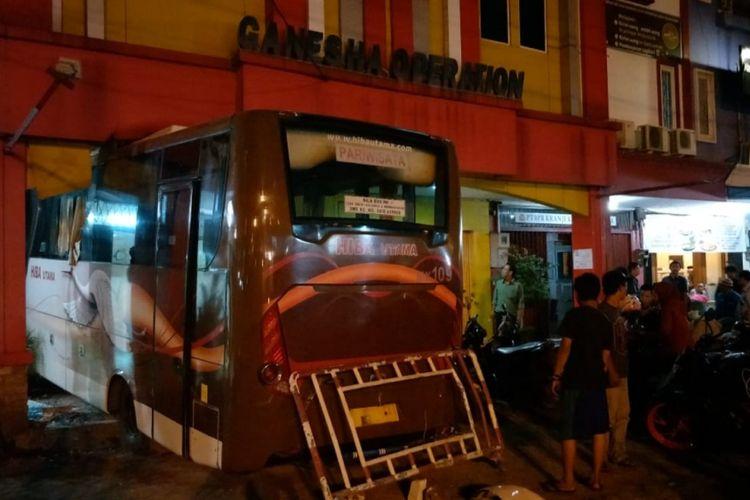 Tampak Bus menabrak tempat bimbel di Ruko Mega Kalimalang, Jalan KH. Noer Ali, Bekasi Selatan, Kota Bekasi, Kamis (14/2/2019).