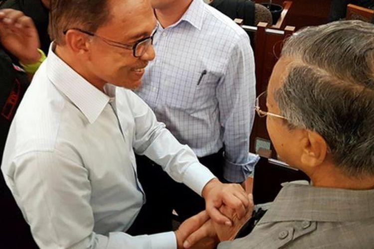 Mahathir Mohamad dan Anwar Ibrahim berjabat tangan setelah 18 tahun perseteruan politik