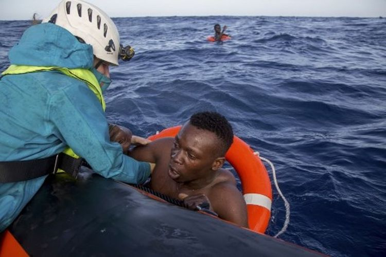 Imigran diselamatkan dari tengah laut menuju ke perahu di laut Mediterania, pada 6 November 2017. (AFP/Alessio Paduano)