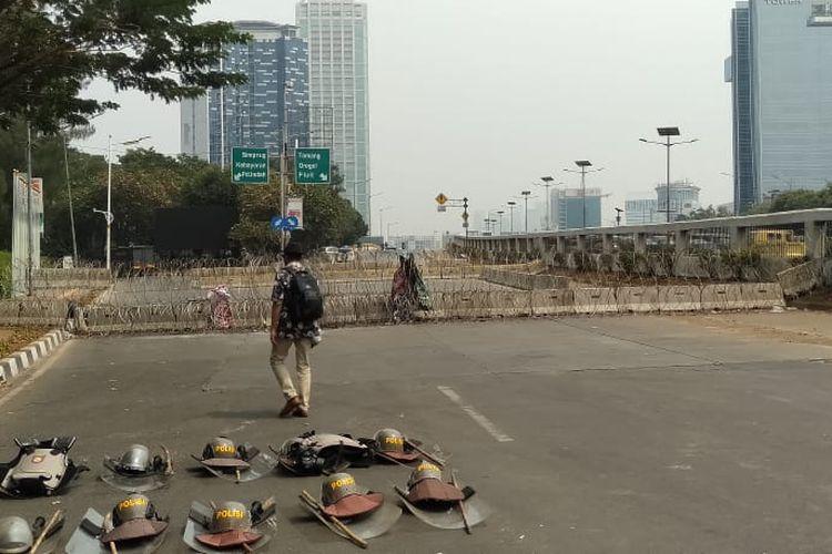 Kepolisian menutup Jalan Gatot Subroto menuju depan Gedung DPR, Senin (30/9/2019).