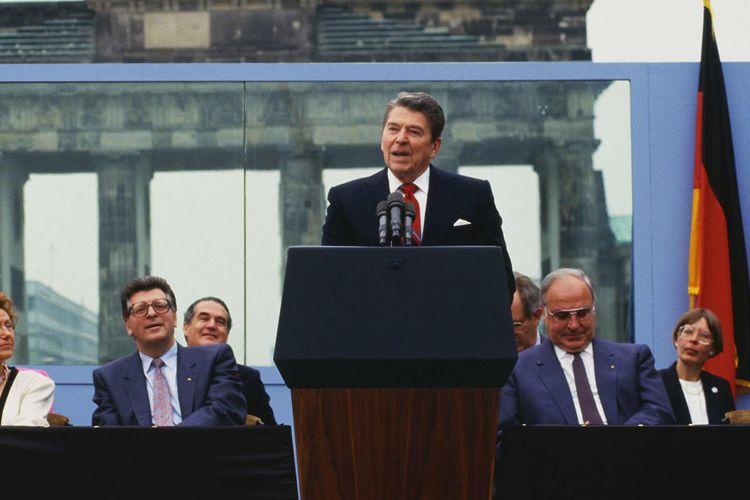 President Reagan sedang berpidato