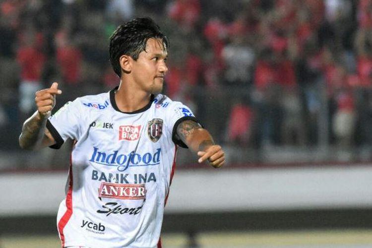Penyerang Bali United, Irfan Bachdim, meluapkan suka citanya seusai membobol gawang Perseru Serui di Stadion Kapten I Wayan Dipta, Senin (25/9/2017).