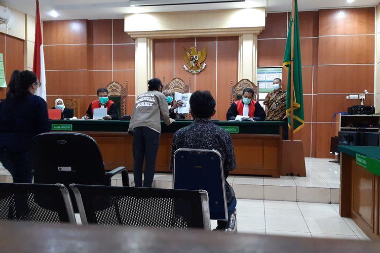 Direktur Utama Visinema Pictures lihat bukti iklan pornografi website Duniafilm21 di BAP saat sidang di Pengadilan Negeri Jambi, Kamis (4/2/2021).