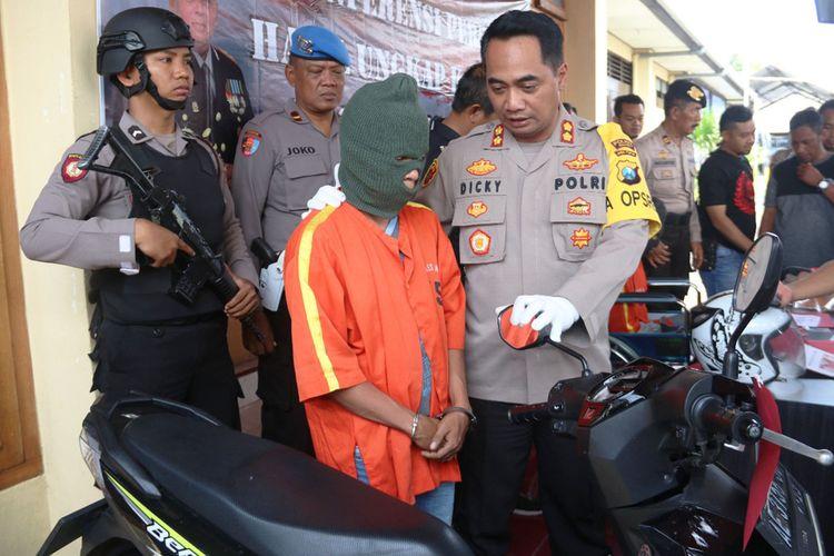 Kapolres Ngawi AKBP Dicky Ario Yustisianto memperlihatkan sepeda motor, barang bukti tindak kejahatan yang dilakukan oleh MI yang tega membunuh korban agar bisa menguasai hartanya.