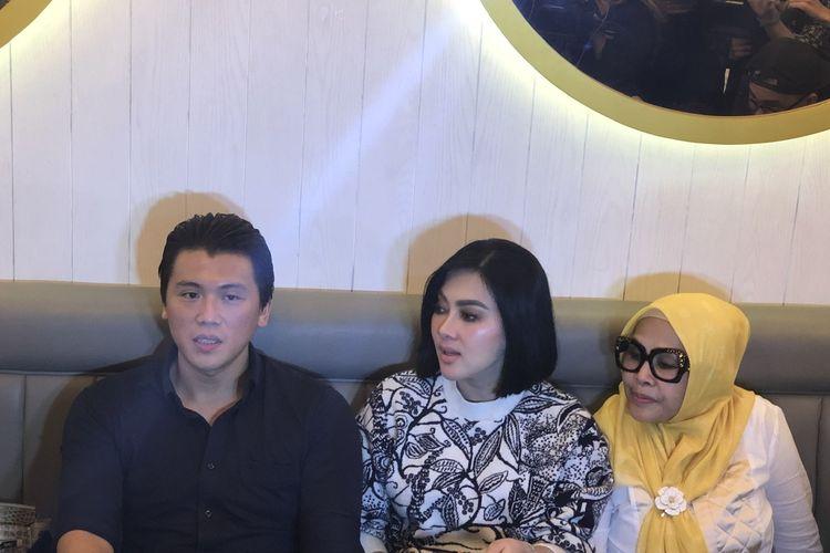 Syahrini dan Reino Barrack saat jumpa pers dalam soft opening Resto Bu Cetarrr di kawasan Cipete, Jakarta Selatan, Minggu (15/12/2019).