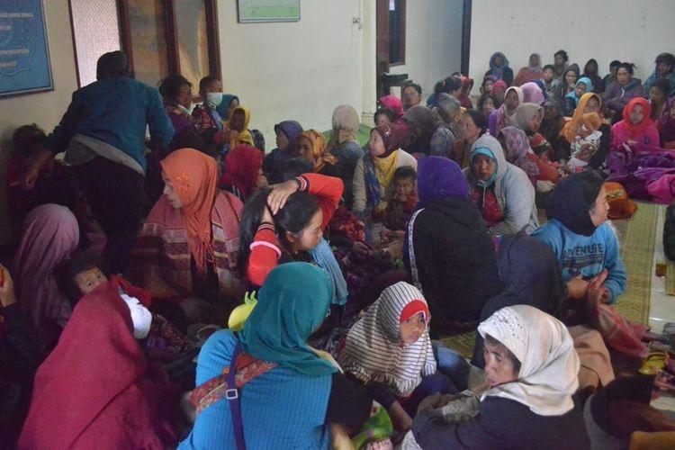 Para pengungsi korban angin kencang di balai desa Ketundan, Kecamatan Pakis, Kabupaten Magelang, Senin (21/10/2019)