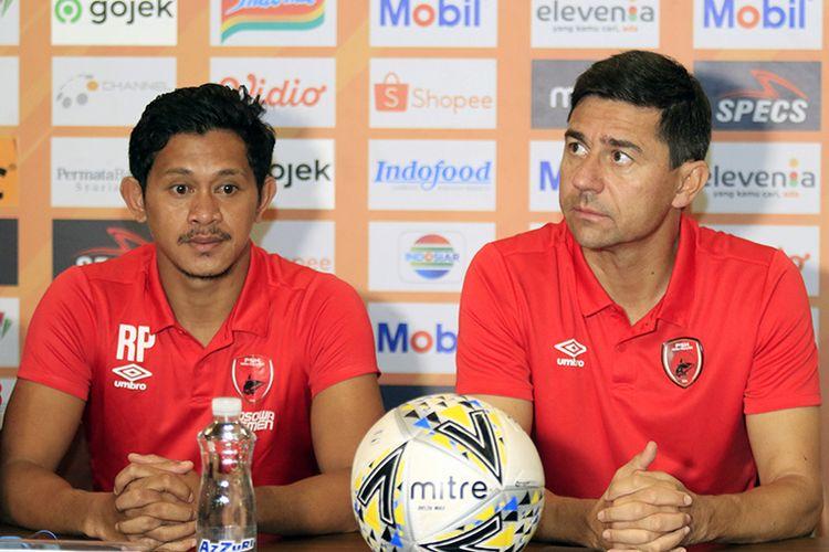 Pelatih PSM Makassar, Darije Kalezic (kanan), bersama pemainnya Rizky Pellu (kiri) dalam konferensi pers jelang laga melawan Persib Bandung, di Graha Persib, Sabtu (21/12/2019).