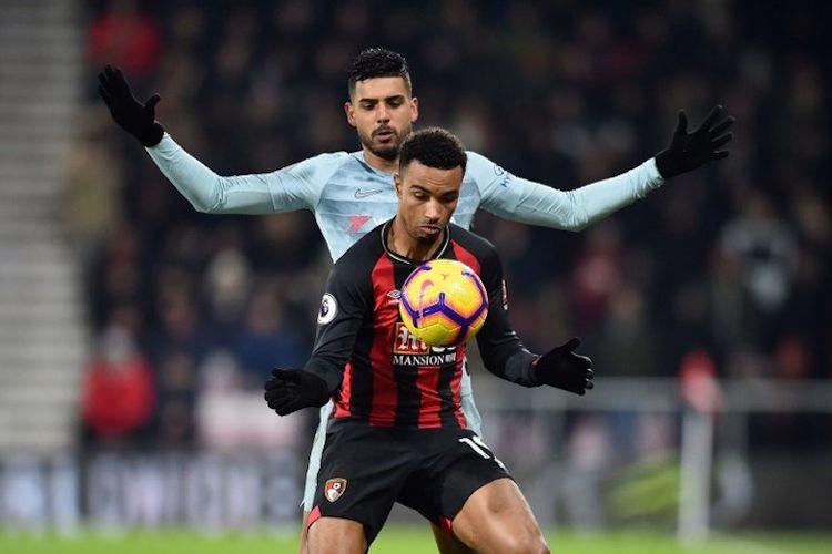 Emerson Palmieri membayang-bayangi Junior Stanislas pada pertandingan AFC Bournemouth vs Chelsea di Stadion Vitality dalam lanjutan Liga Inggris, 30 Januari 2019.