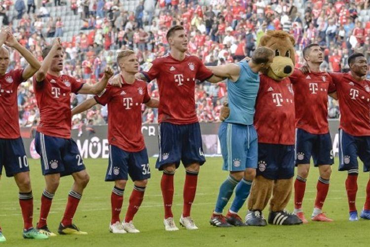 Para pemain Bayern Muenchen membalas apresiasi penonton seusai meraih kemenangan atas Bayer Leverkusen pada pertandingan Bundesliga di Allianz Arena, 15 September 2018.