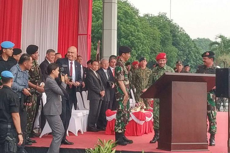 Presiden Joko Widodo dan Sultan Brunei Darussalam Sultan Haji Hassanal Bolkiah saat mengunjungi Mabes TNI Cilangkap, Jakarta Timur, Kamis (3/5/2018).