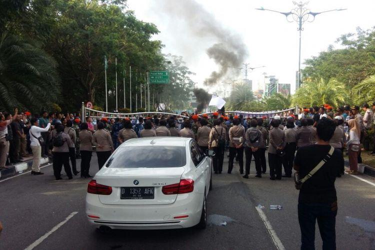 Neno Warisman berada di dalam mobil putih yang dihadang sekelompok massa di gerbang Bandara SSK II Pekanbaru, Riau, Sabtu (26/8/2018).