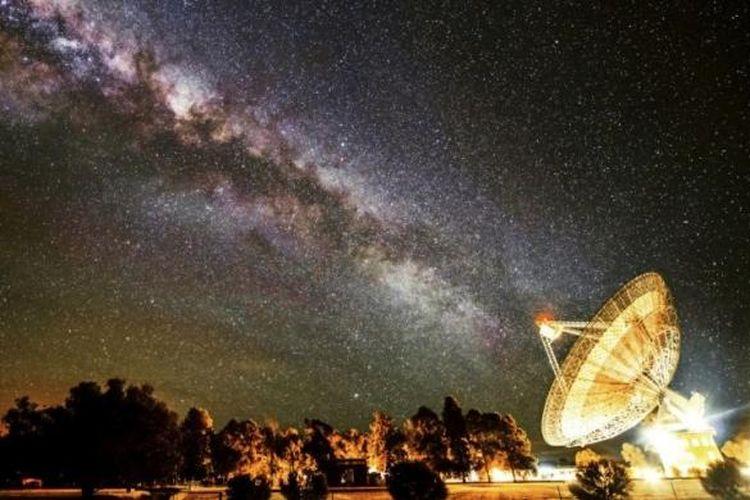 Galaksi bima sakti terpotret tepat segaris dengan teleskop 64 meter di Parkes Observatory.