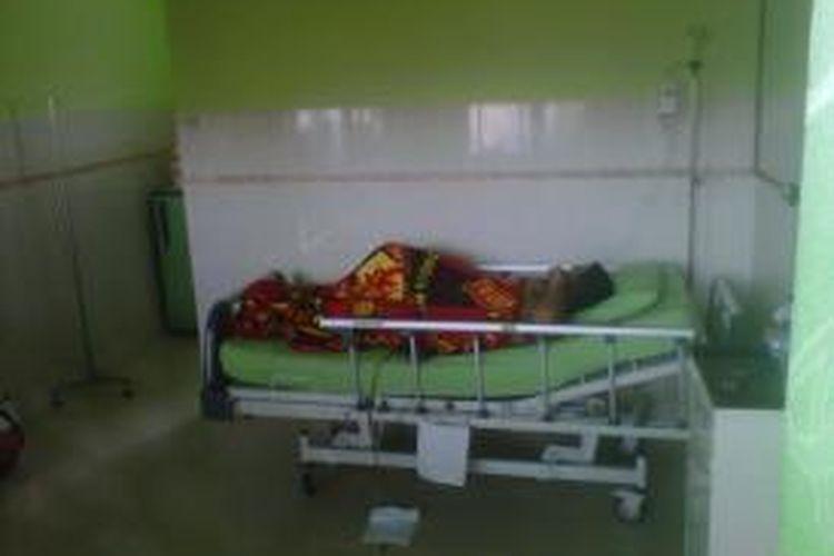 Fernando (17) saat dirawat di RS Bhayangkara Kota Kediri, Jawa Timur, Rabu (13/11/2013). Dia menderita luka tembak pada pantatnya yang diduga dari senjata polisi.