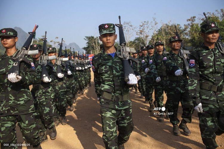 Foto yang diambil pada 31 Januari 2015 ini menunjukkan tentara dari Brigade Ketujuh Tentara Pembebasan Nasional Karen (KNLA) yang berparade sebagai bagian dari perayaan Hari Revolusi Karen ke-66 di markas mereka di negara bagian Kachin, Myanmar. KNLA adalah sayap bersenjata dari Serikat Nasional Karen (KNU) dan diyakini memiliki antara 3.000 hingga 5.000 milisi aktif di barisannya.